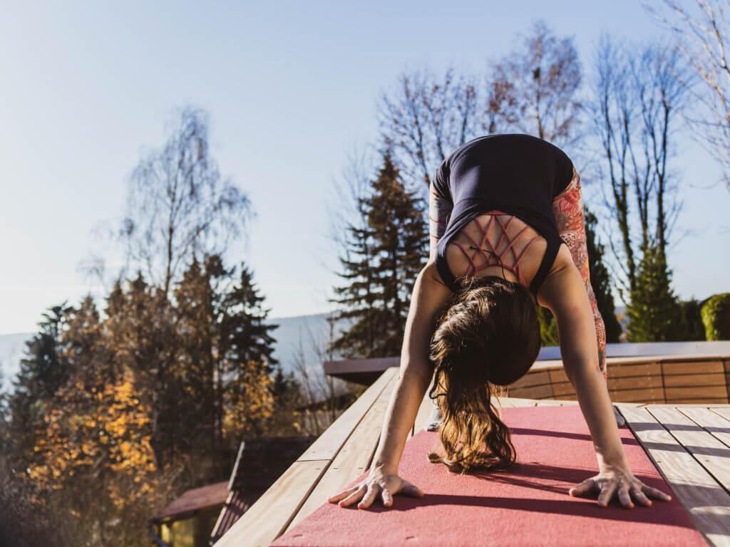 Yogalehrerin Jasmin Gapp Schwangerschaftsyoga herabschauender Hund