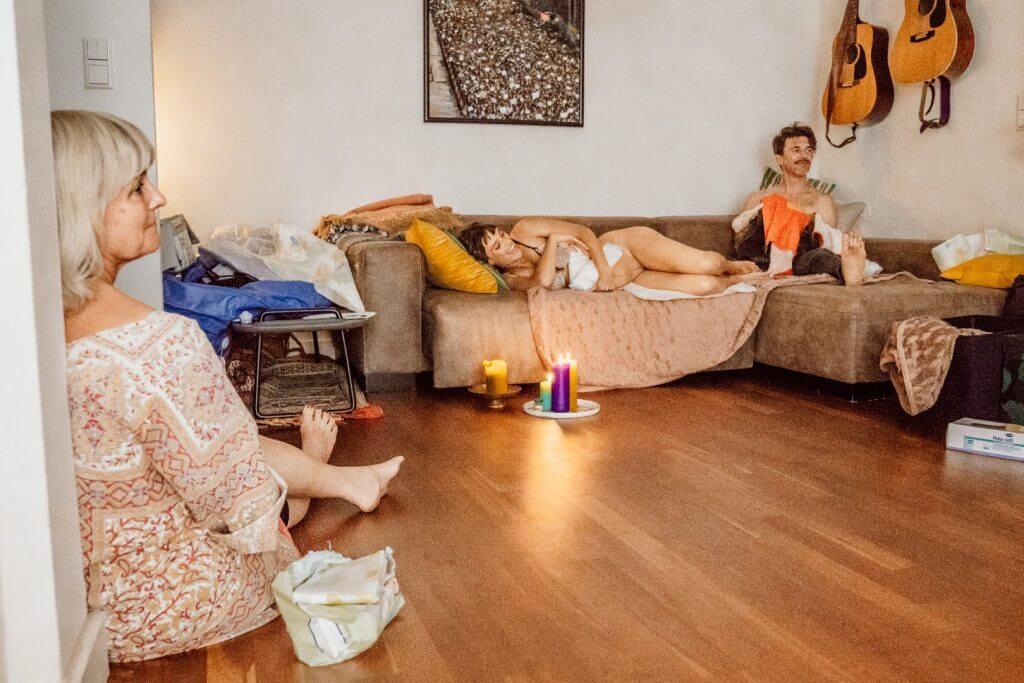 Familie entspannt nach Hausgeburt