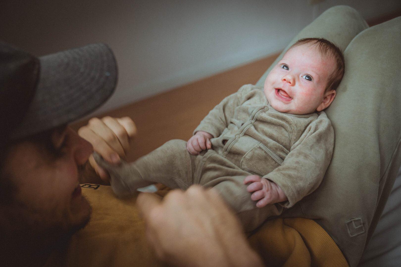 Baby spielt mit Neugeborenem