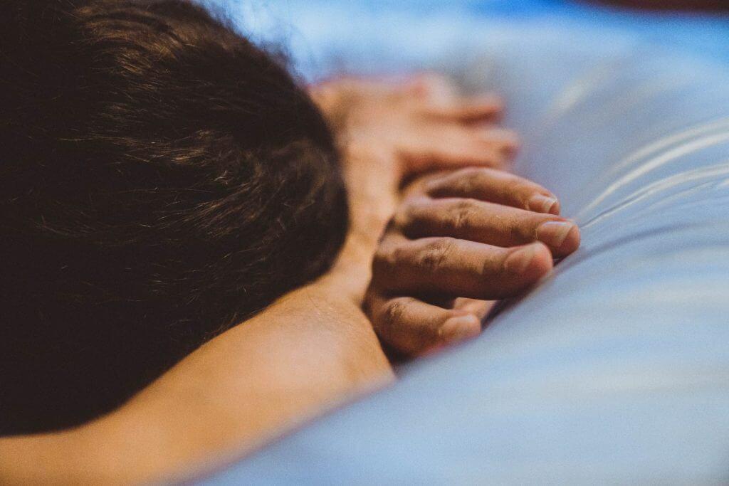Hände liegen auf Geburtspool
