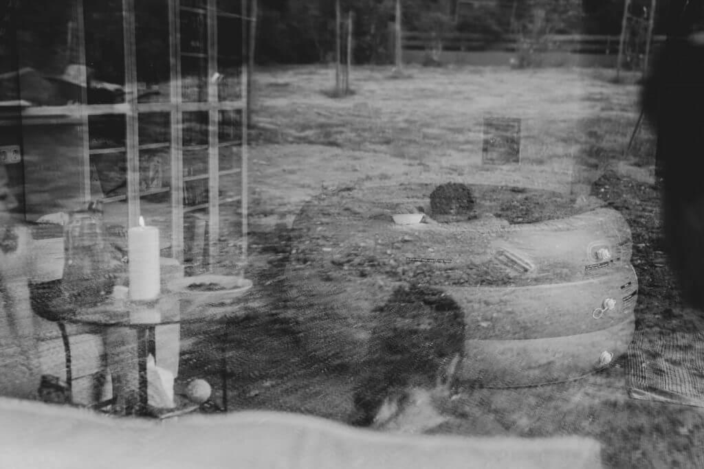 Geburtspool durch Fenster fotografiert