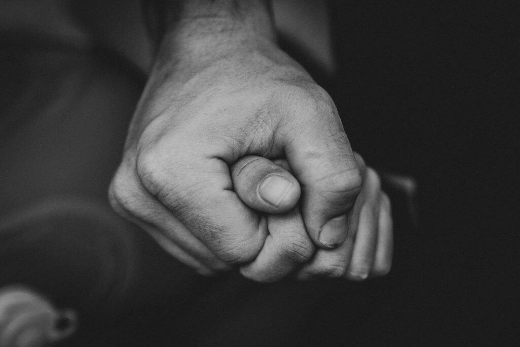Händehalten unter der Geburt