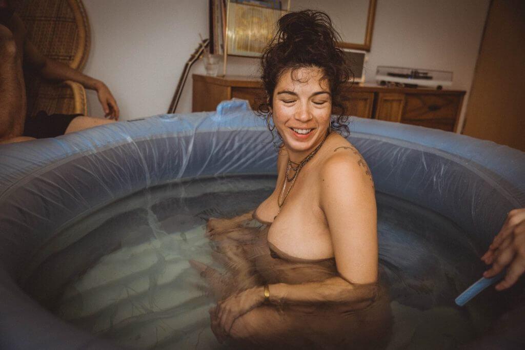 Lachende Schwangere im Geburtspool