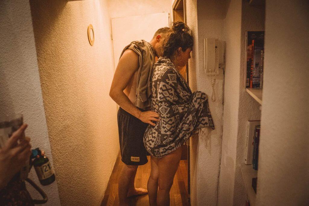 Mutter veratmet Wehe im Treppenhaus