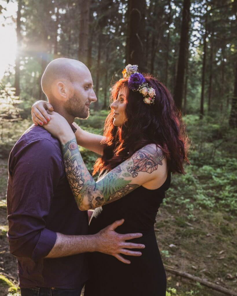Partner hält schwangere Freundin im Arm