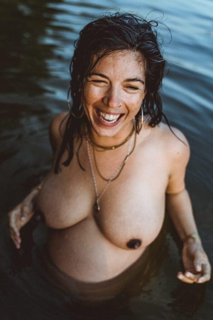 Schwangere lacht im Wasser