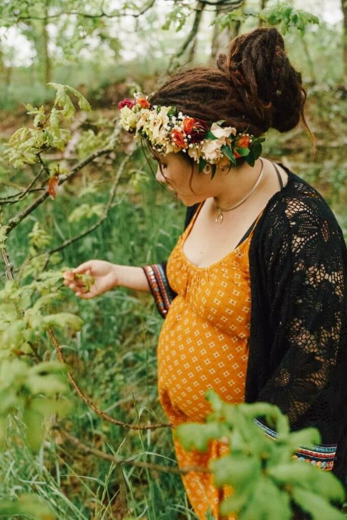 Schwangere hält Blätter in der Hand