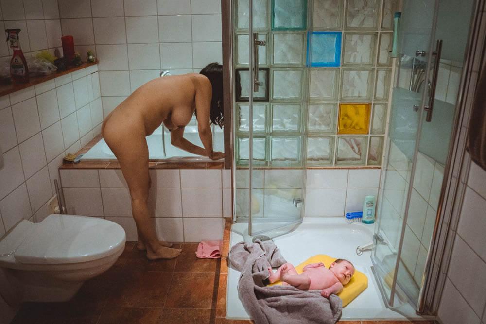 Mutter lässt Bad ein, Baby liegt derweil auf Fußboden