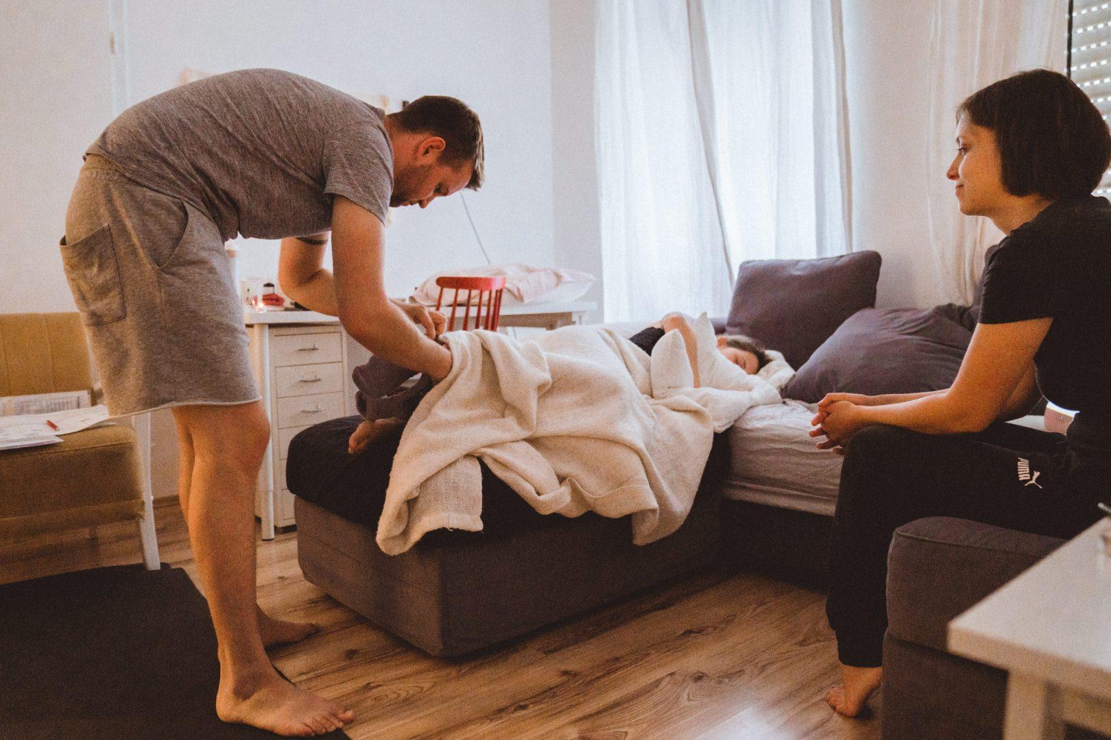 Partner zieht Schwangeren Socken an