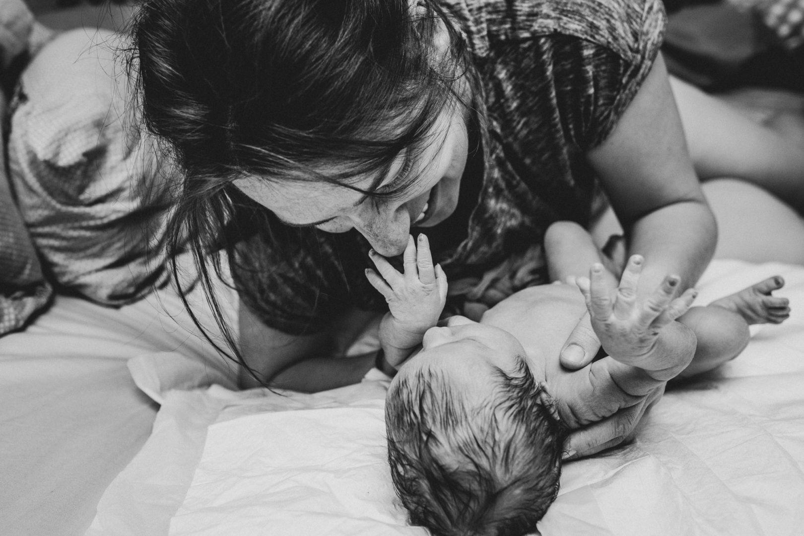 Baby fasst Mama an die Nase