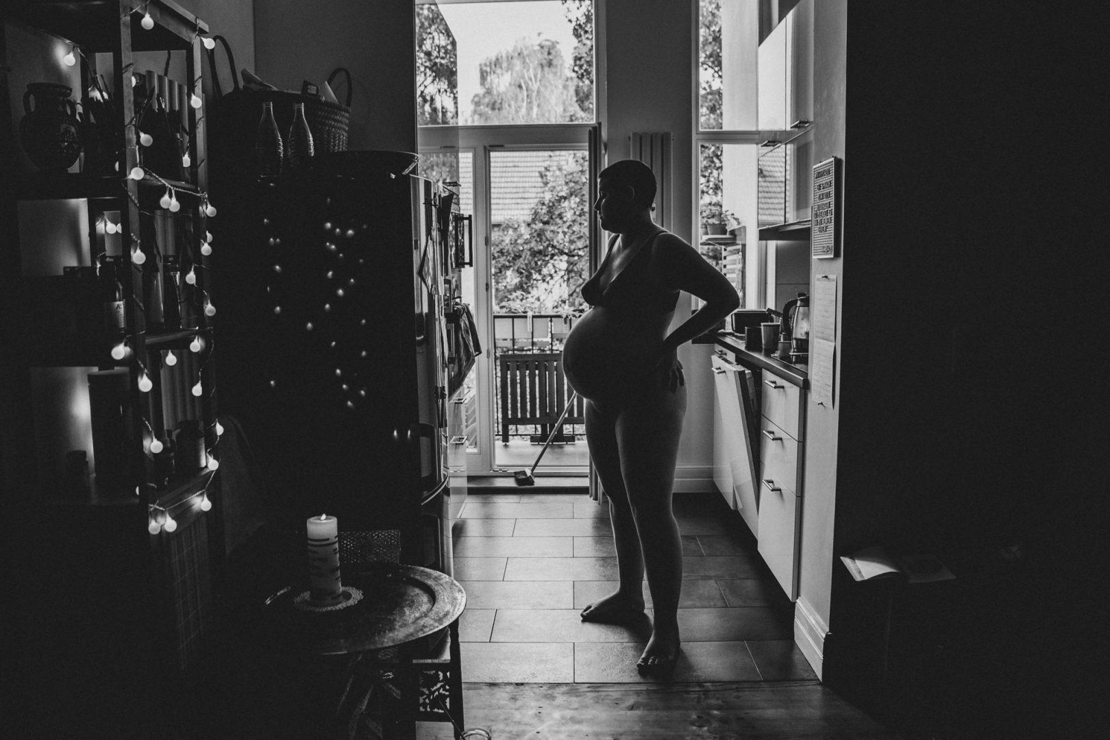 Schwangere Silhoutte in Küche